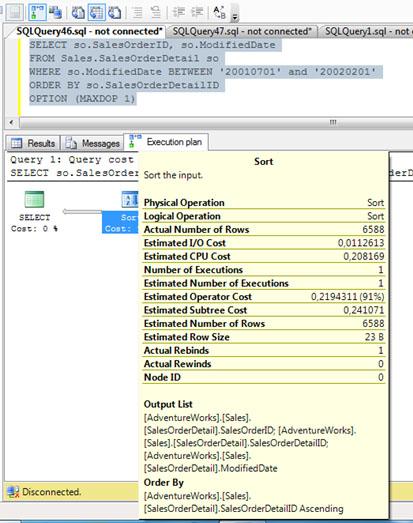 Por culturilla, aprovechamos para mostrar las propiedades del resto de cajitas del Plan de Ejecución de nuestra consulta SQL de ejemplo, empezando por la cajita correspondiente a la operación SORT (una operación costosa), que se muestran en la siguiente pantalla capturada. Muy importante, fijarse en que el número de filas estimadas y el número de filas afectadas (Estimated Number of Rows VS Actual Number of Rows) sea el mismo valor (o lo más cercano posible). Téngase en cuenta, que en función del número de filas estimadas, se estima la memoria RAM necesaria, por lo tanto, si se estimó un número de filas muy diferente al número de filas afectadas, podríamos estar sobrestimando o subestimando las necesidades  reales de memoria RAM, y en consecuencia, incurriendo en problemas de rendimiento (creación de WorkTables en TEMPDB, eventos Hash Warning y/o Sort Warnings, etc.).