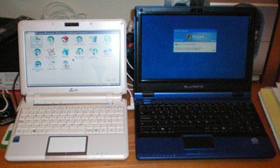 BLUSENS FREEPC 10P (en azul), junto a uno de sus principales rivales, el ASUS EEE PC 900 (en blanco)